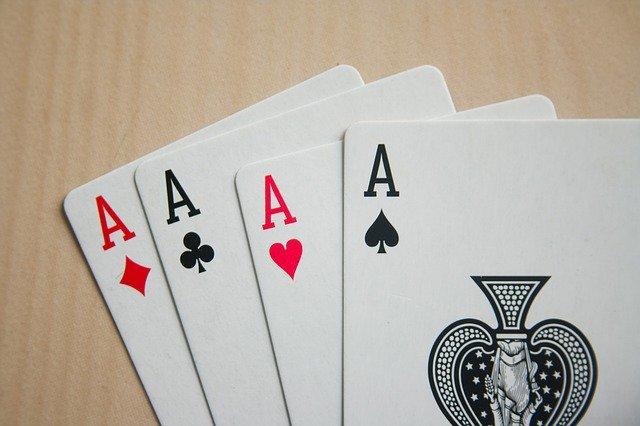 トランプ、ポーカー、エースの4カード