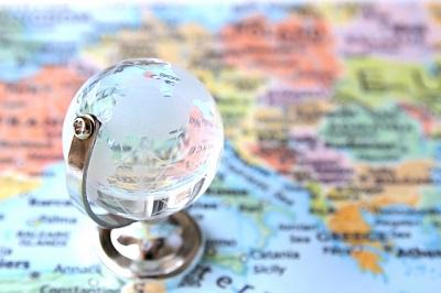 世界地図と水晶