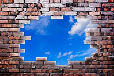 壁から見える空