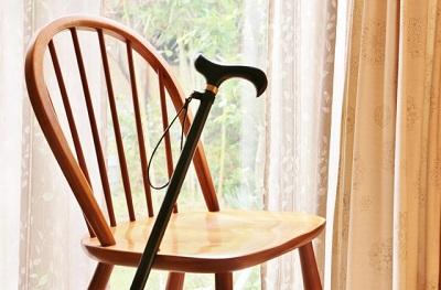 高齢化社会。杖と椅子