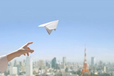 未来へ紙飛行機を飛ばす