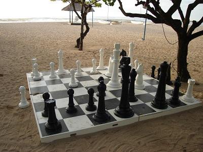 浜辺で巨大チェス