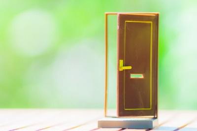扉と緑の背景