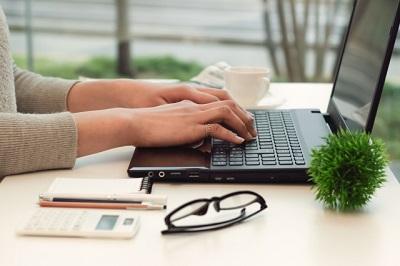 パソコン操作する女性の手元