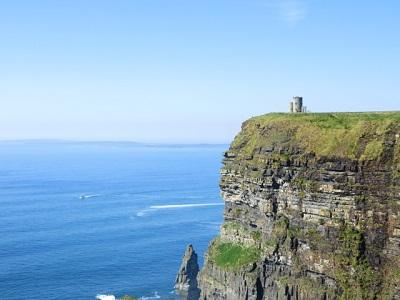 断崖絶壁の上にある塔