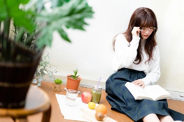 本を読むメガネの女性