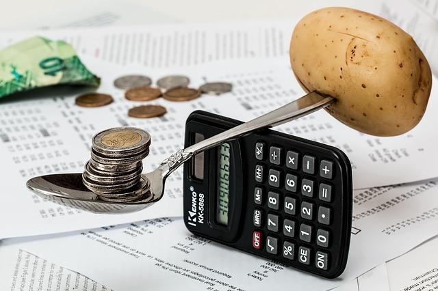 節約。コインとジャガイモの写真