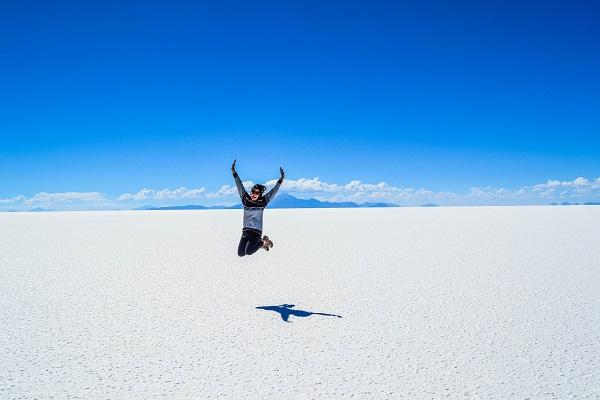 ウユニ塩湖で飛び跳ねる女性