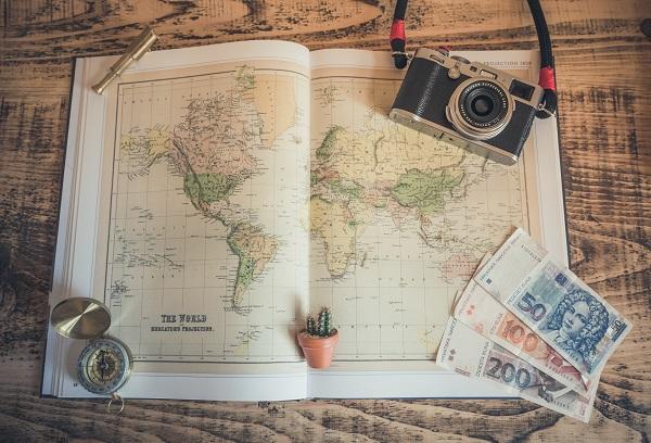 世界地図とカメラとお金