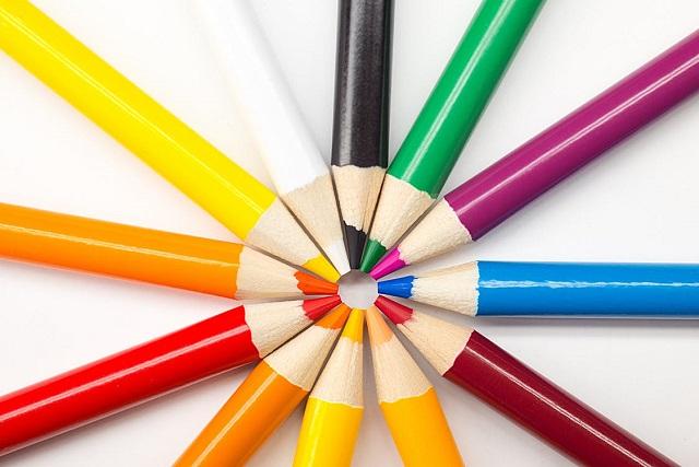 カラフルな色鉛筆がポイント