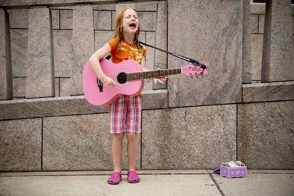 ストリートミュージシャンで稼ぐ女の子