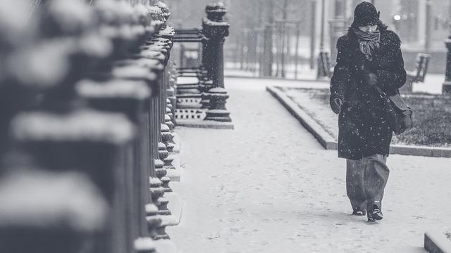 雪道を歩く女性