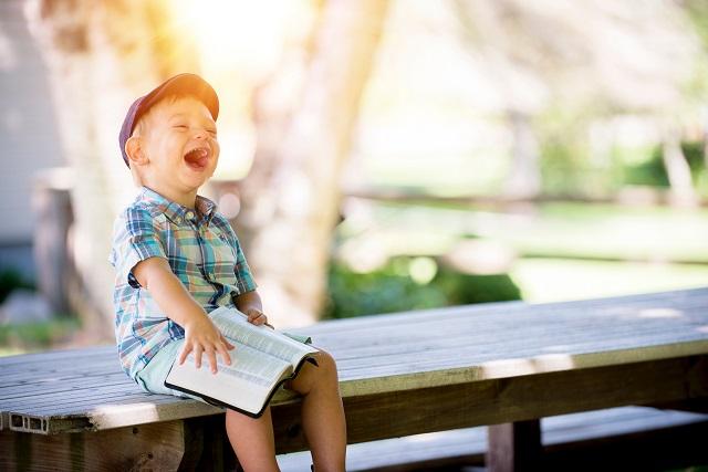 ベンチで笑う子供