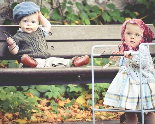 ベンチで変装をしている子供