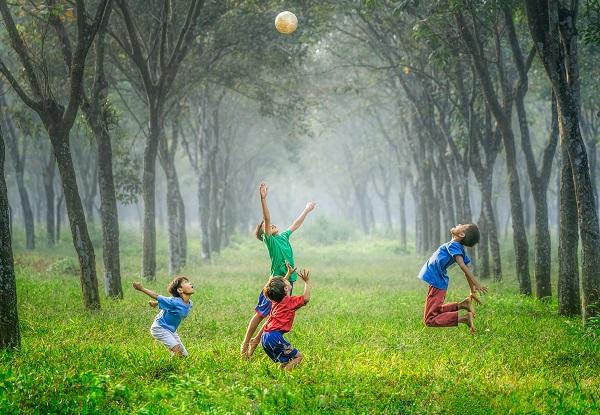 子供たちのボール遊び