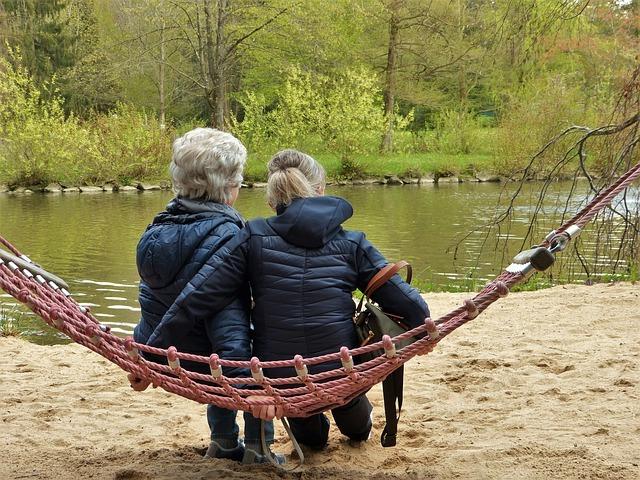 ハンモックに座る老後の女性