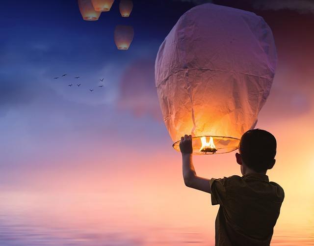 気球を上げる少年