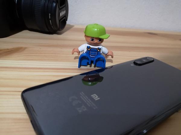 【Xiaomi Mi9画像】背面はガラスで高級感はある(ただし指紋が目立つ)