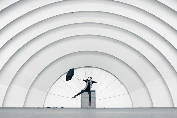 傘を広げて踊る