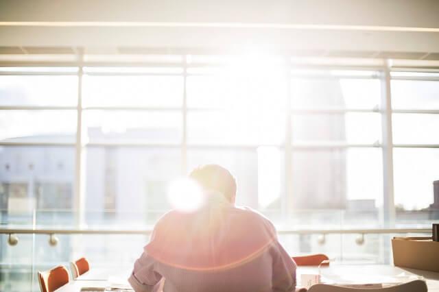 光、太陽を浴びて勉強、仕事をする