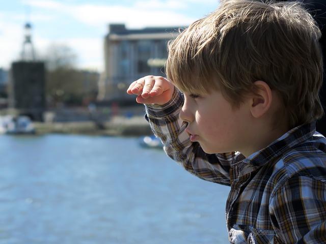 遠くを見つめる少年、子供