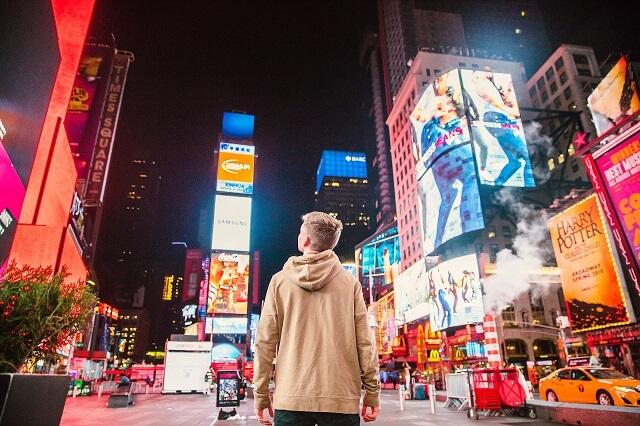 ニューヨークを見る男