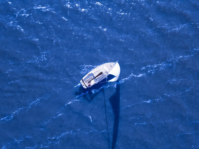 海を進むヨット