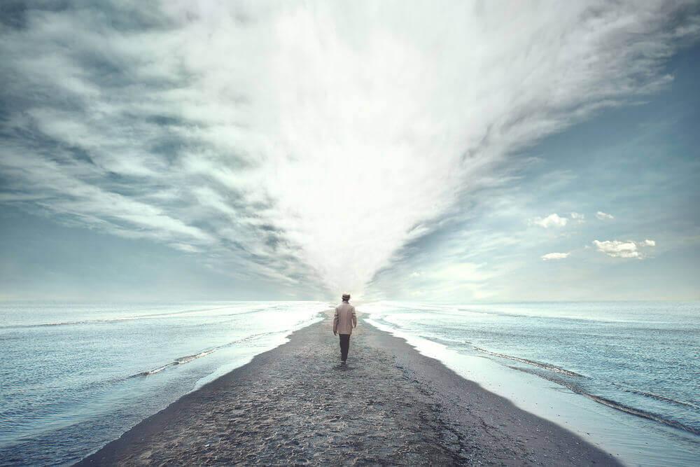 海を切り開いて歩いていく青年
