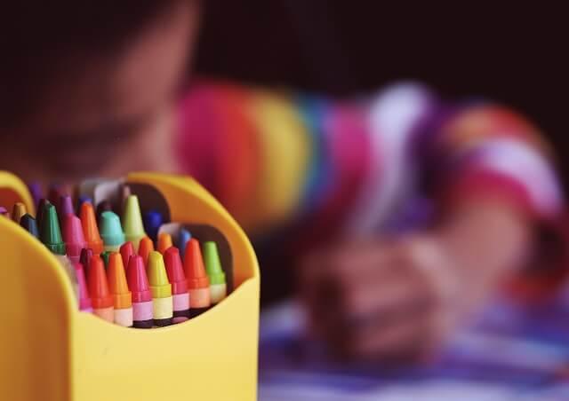 夢中で絵を描く子供