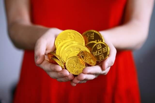 ゴールドを持つ女性