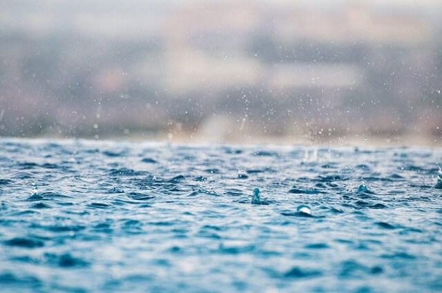 幻想的な雨粒と地面