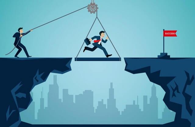サラリーマンが橋から落ちないように安全を守る