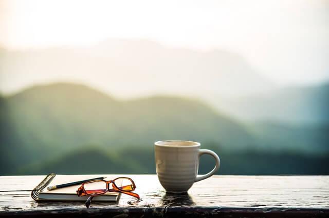 コーヒーカップと朝焼けの光