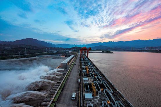 ダムの放流と道路と夕焼け