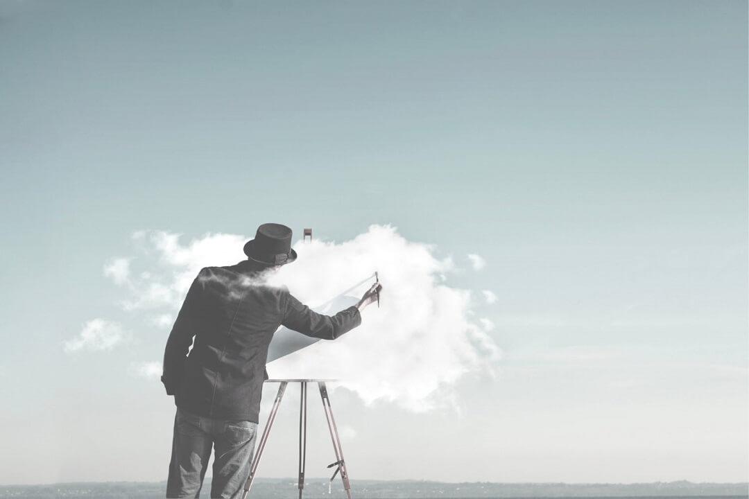 幻想的|雲をキャンバスに見立てて絵を描く男性