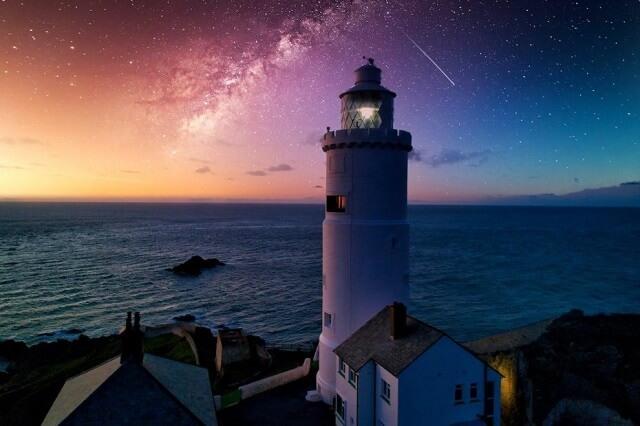 幻想的|灯台と星空