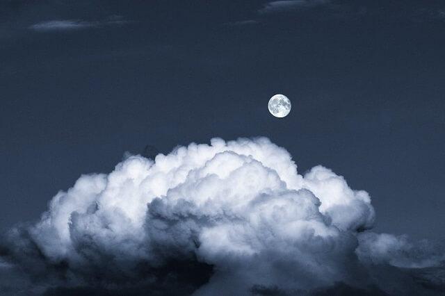 幻想的|雲の上に見える夜の月