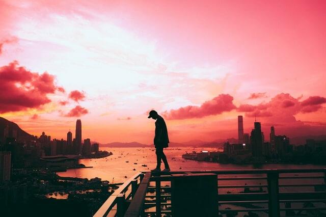 幻想的|夕焼けと落ち込み気味に歩く男性